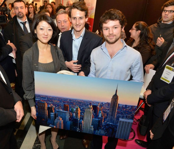 Fleur Pellerin receives James Lyon's image of New York from Pixopolitan